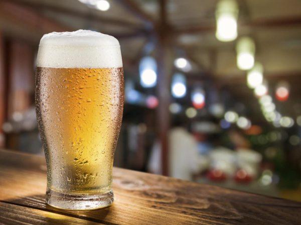 玻璃玻璃玻璃玻璃上的啤酒。
