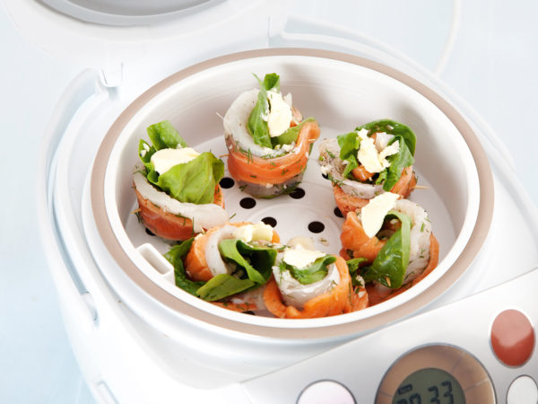 preparation of rolls with salmon and spinach by steaming