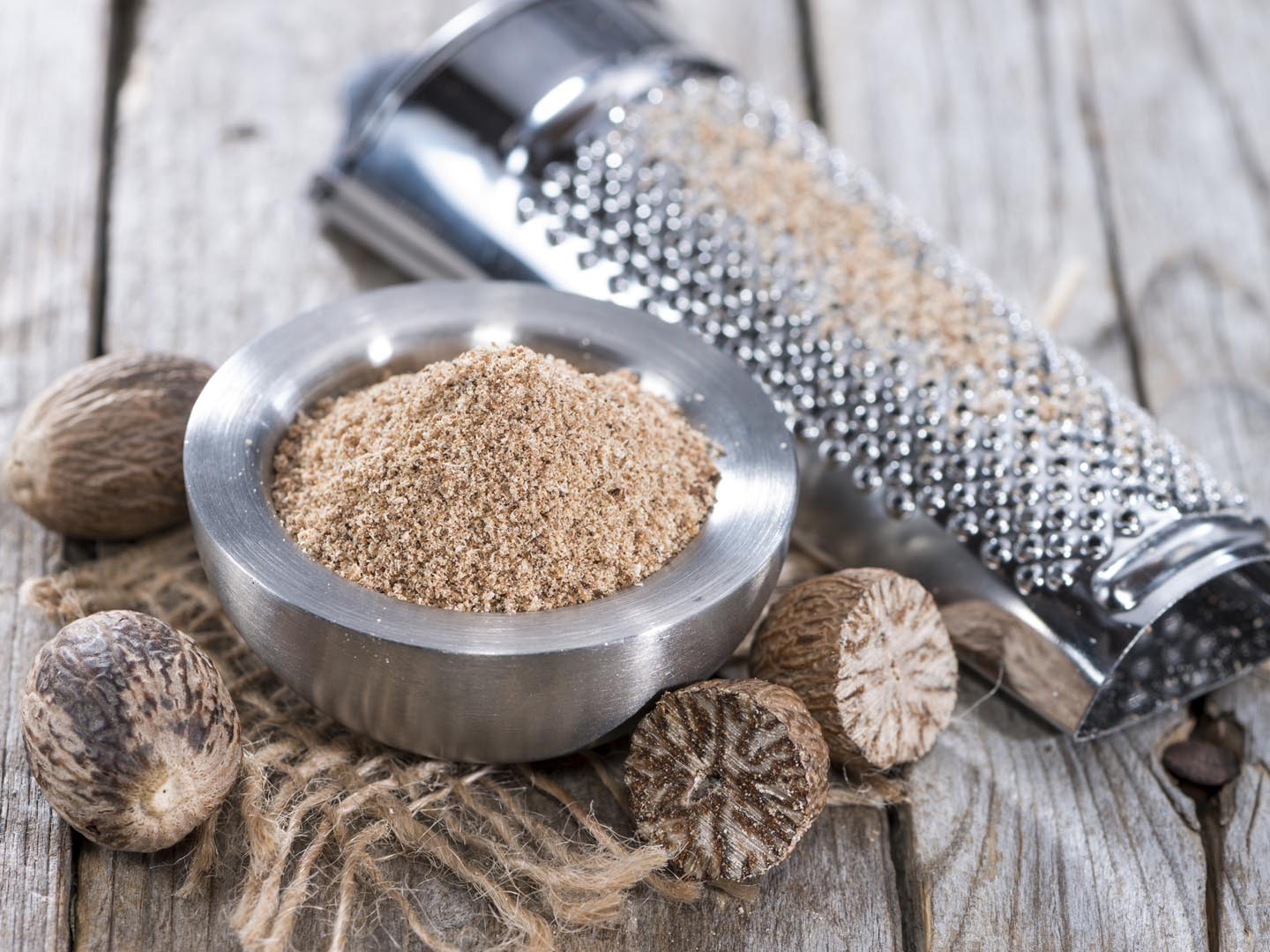 how to make nutmeg powder at home